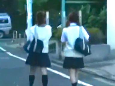 学校帰りの制服JK2人がバスで痴漢を目撃して付け狙われる!友人の目の前でエロマ◯コをぐちゃぐちゃに弄り倒されお漏らし絶頂!
