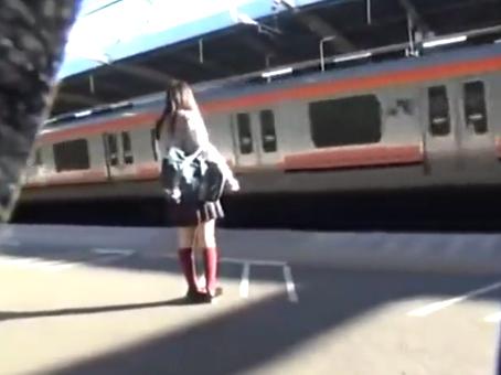 童顔の制服JKが電車で痴漢される!執拗に触られて必死に耐えるもイボイボ指サックを装着し挿入されズボズボされ痙攣潮吹き絶頂する!